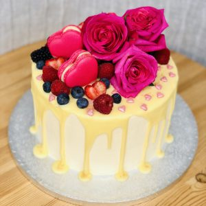 Rosses and hearts macarons cake